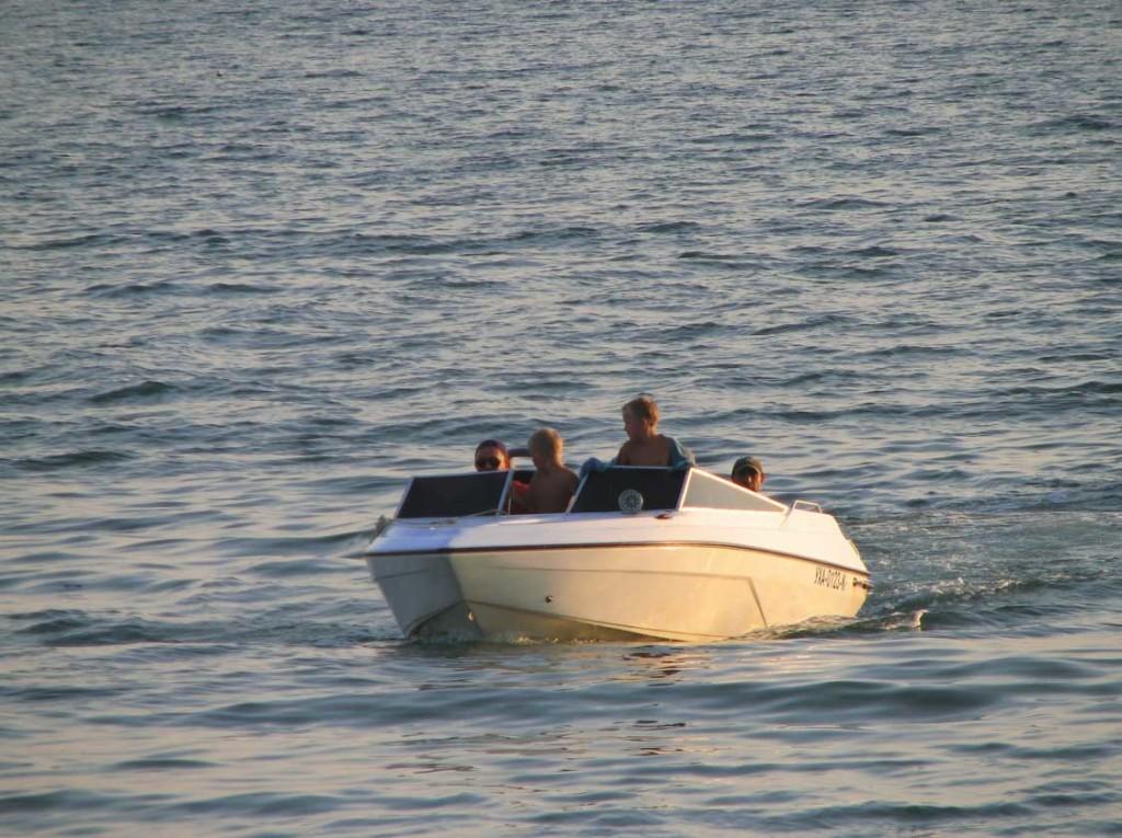 романтическое свидание на катамаране, лодке, яхте