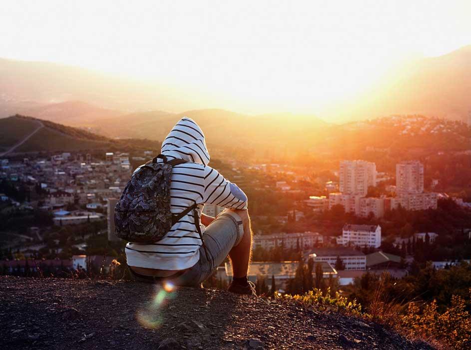 романтическое-свидание-на-закате-с-видом-на-город