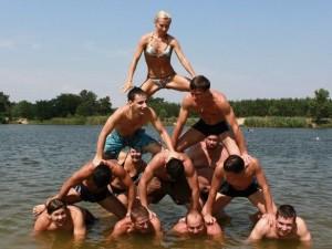 пирамида из людей на пляже фото