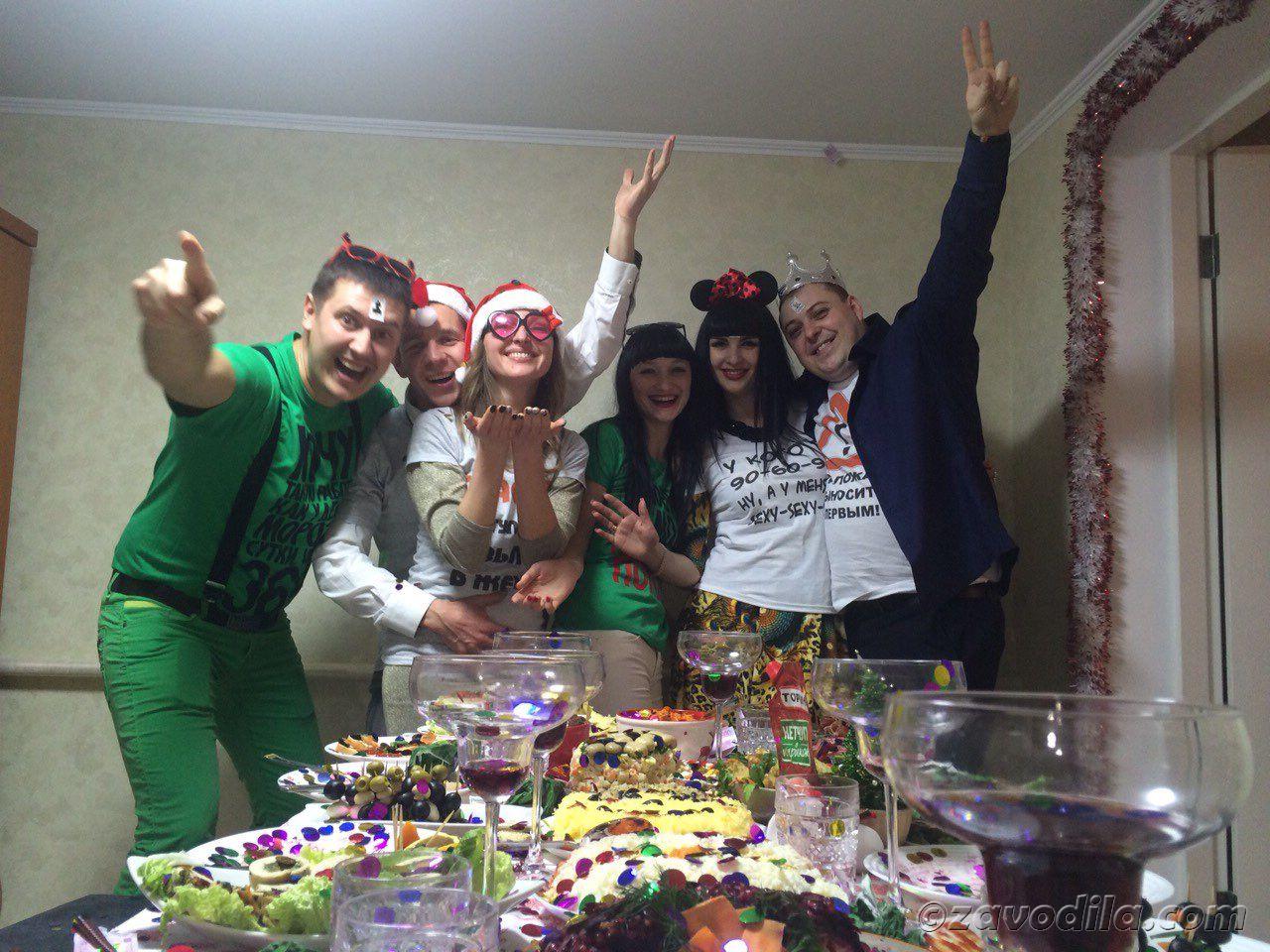 Весело встретить новый год дома с друзьями