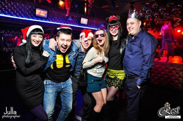 Весело встретить новый год дома и в ночном клубе с друзьями,