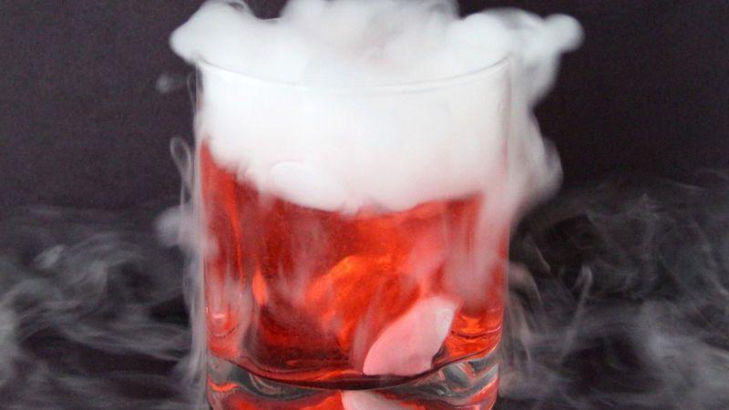 коктейль дымящийся бурлящий - кровавая ведьма