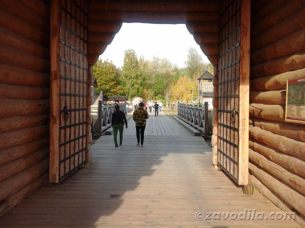 вход в парк - древние (старинные) ворота