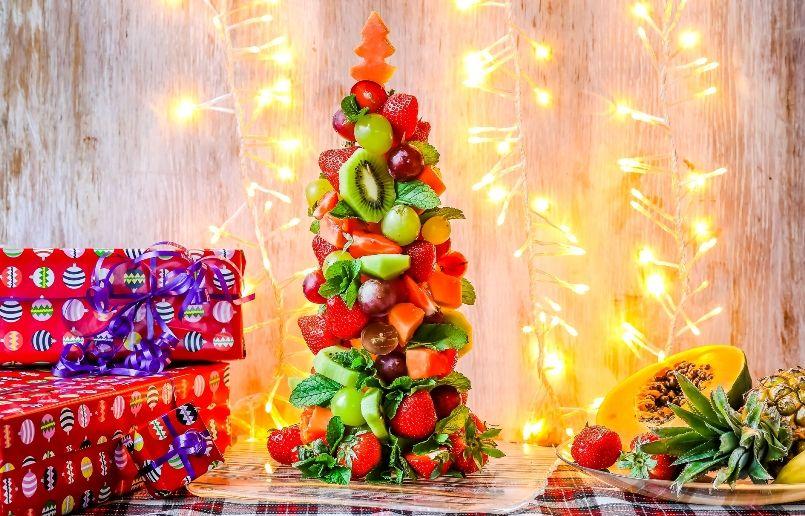 новогодняя елочка из фруктов и ягод